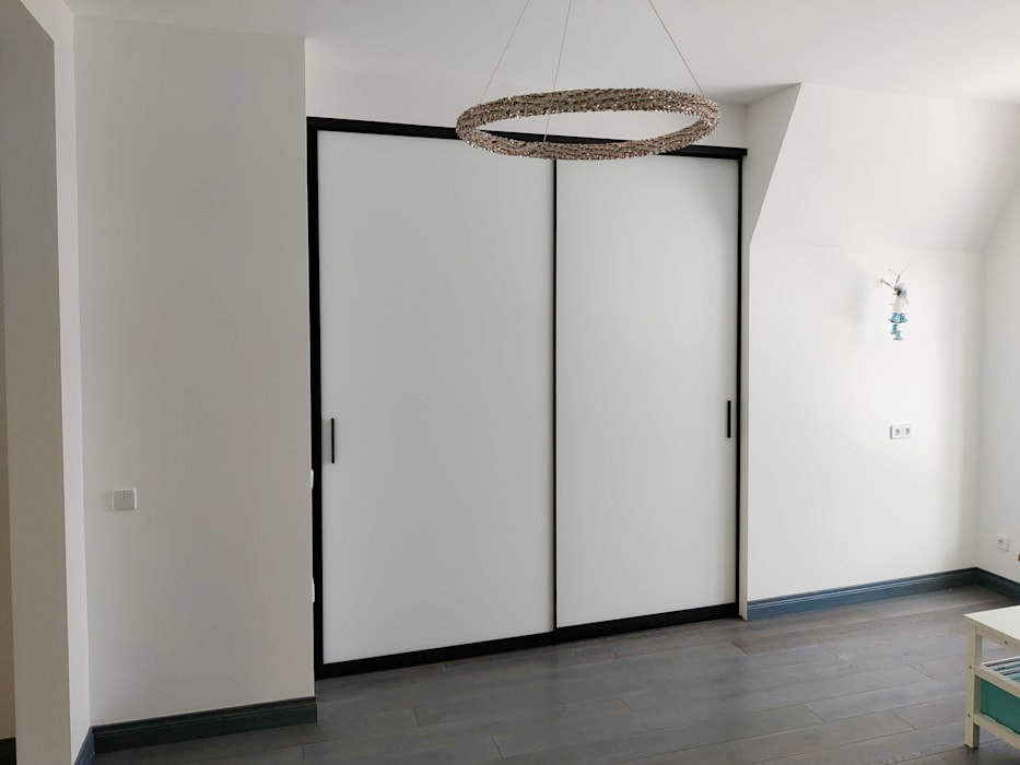 Puertas corredizas de estilo  por Raumplus Russia,
