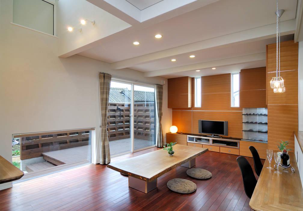 ビルトインガレージの邸宅: 空間工房株式会社が手掛けたリビングです。,