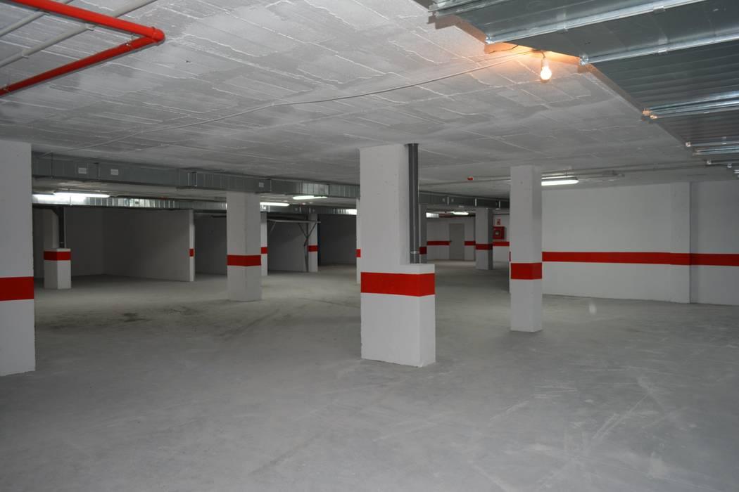 Acceso garajes Garajes de estilo mediterráneo de ARKUM Mediterráneo