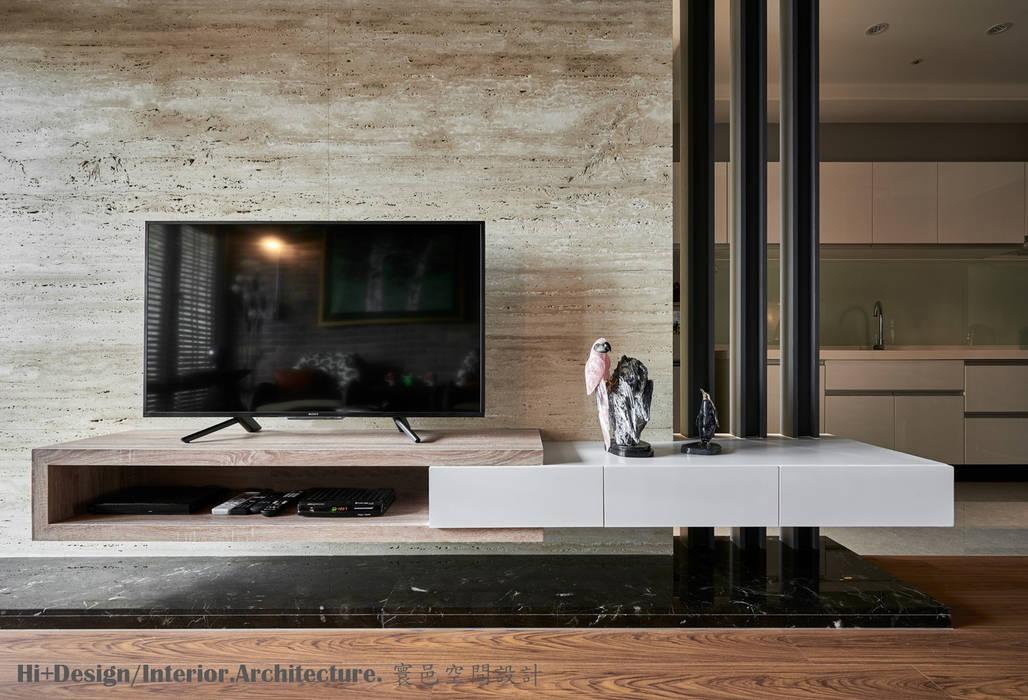電視牆:  牆面 by Hi+Design/Interior.Architecture. 寰邑空間設計,