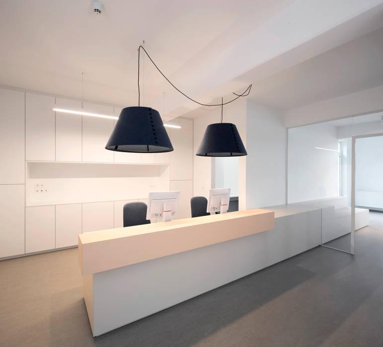 Empfangstresen Moderne Praxen von PURE Gruppe Architektengesellschaft mbH Modern