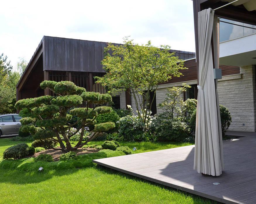 Jardines en la fachada de estilo  por ARCADIA GARDEN Landscape Studio,