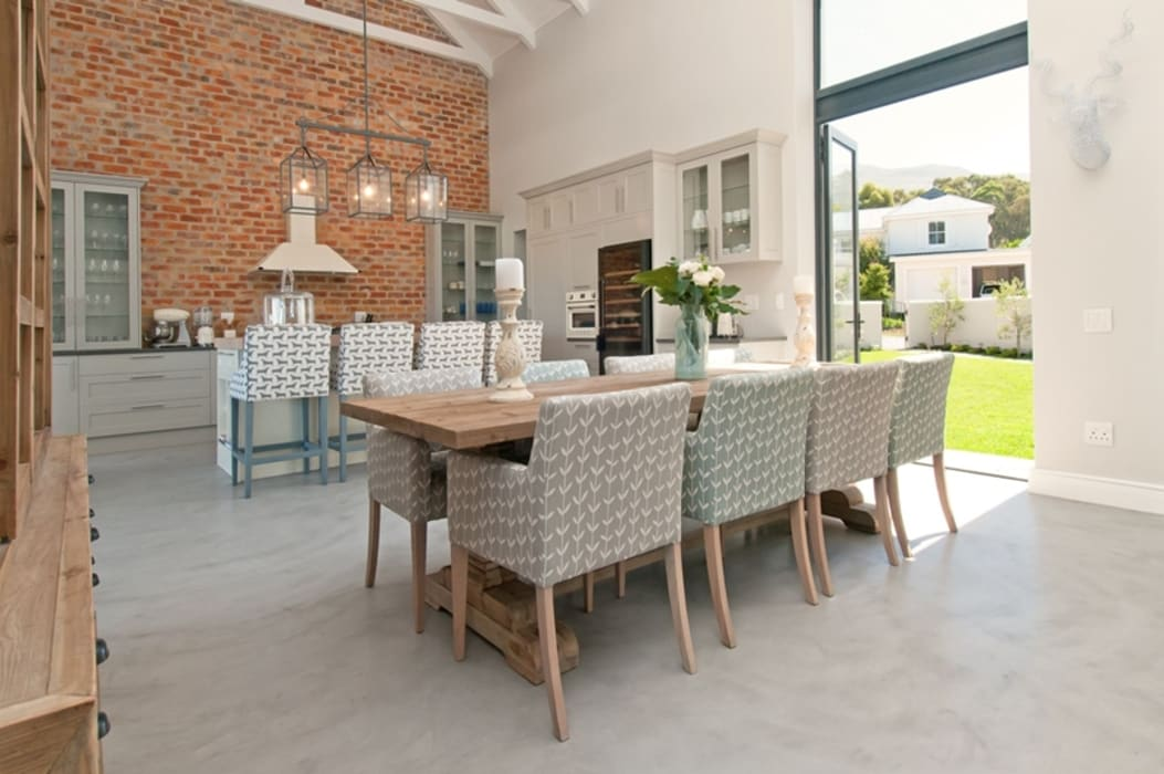Open Plan Dining Room:  Dining room by Overberg Interiors