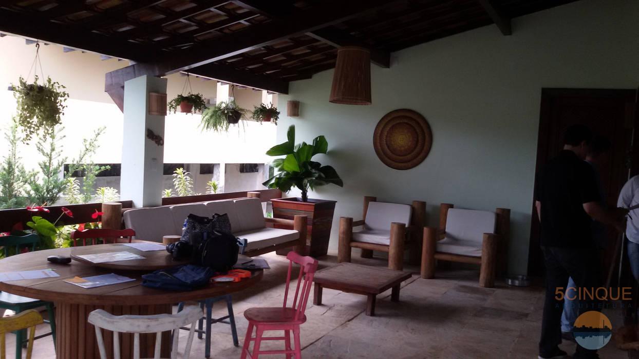 Balcón de estilo  de 5CINQUE ARQUITETURA LTDA, Rural