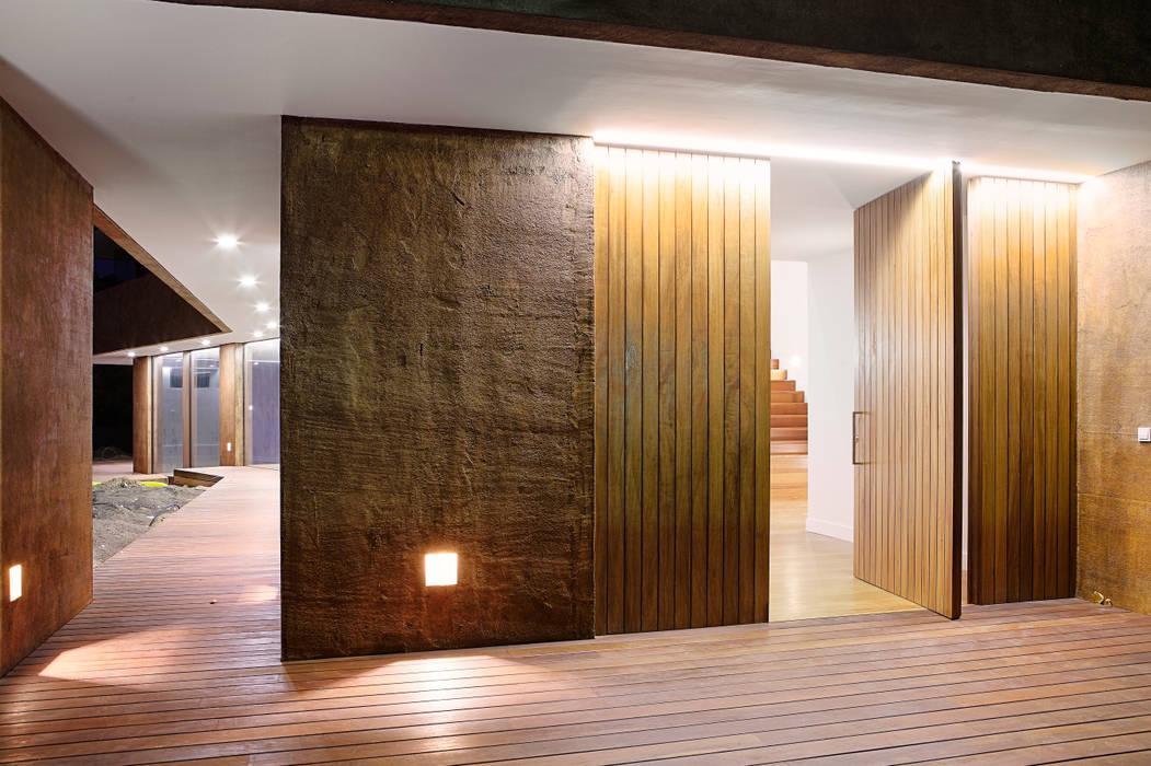 Puertas principales de estilo  por Otto Medem Arquitecto vanguardista en Madrid