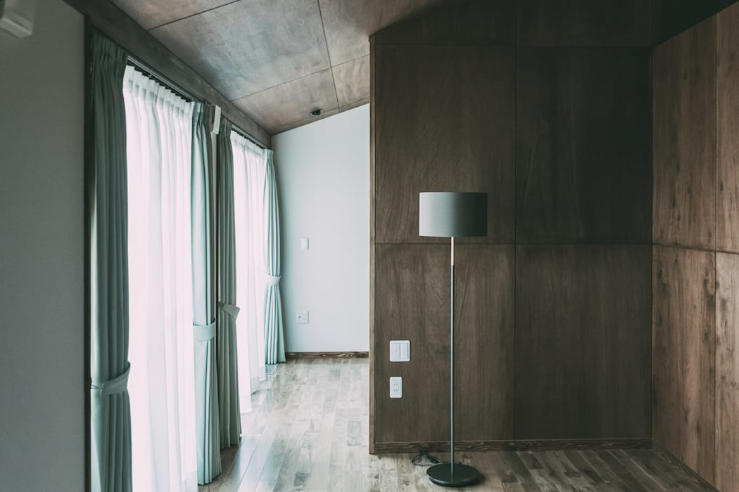 寝室: 株式会社シーンデザイン建築設計事務所が手掛けた小さな寝室です。