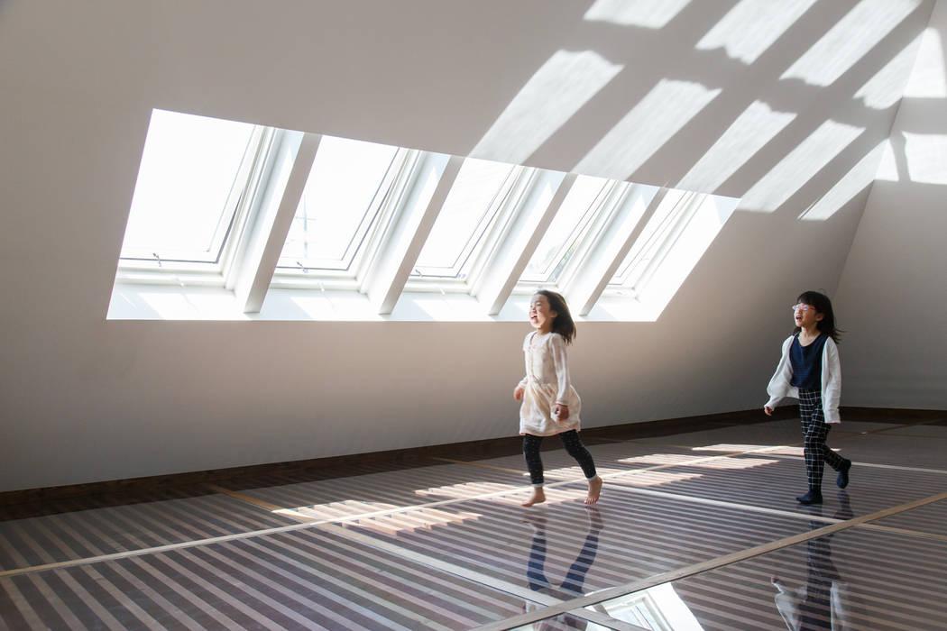 Teen bedroom by 建築設計事務所 可児公一植美雪/KANIUE ARCHITECTS,