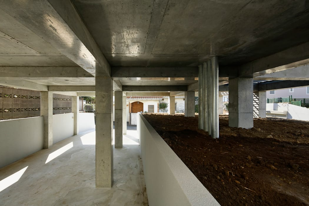 SHICHIRI-Y : 建築設計事務所 可児公一植美雪/KANIUE ARCHITECTSが手掛けたガレージ車庫です。,モダン 鉄筋コンクリート