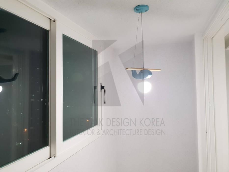 작은방: 더톡디자인(The talk design)의  베란다,모던