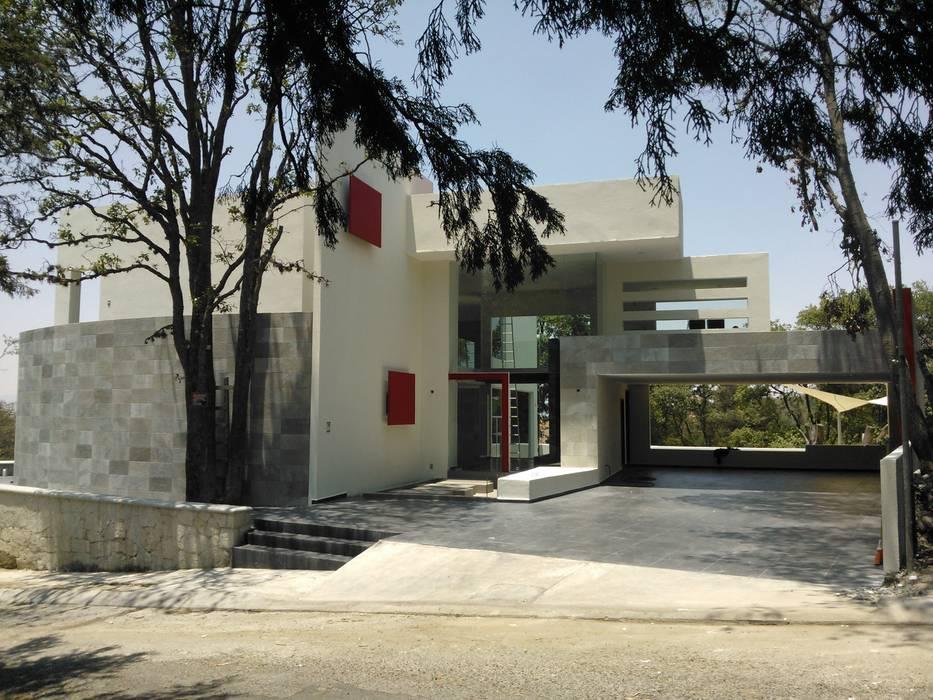 FACHADA PRINCIPAL : Casas de estilo  por VCArq,