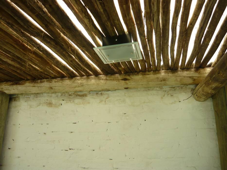 Interior quincho en Paraná, Entre Ríos: Techos de estilo  por Metalúrgica Riviello,Rústico Madera Acabado en madera