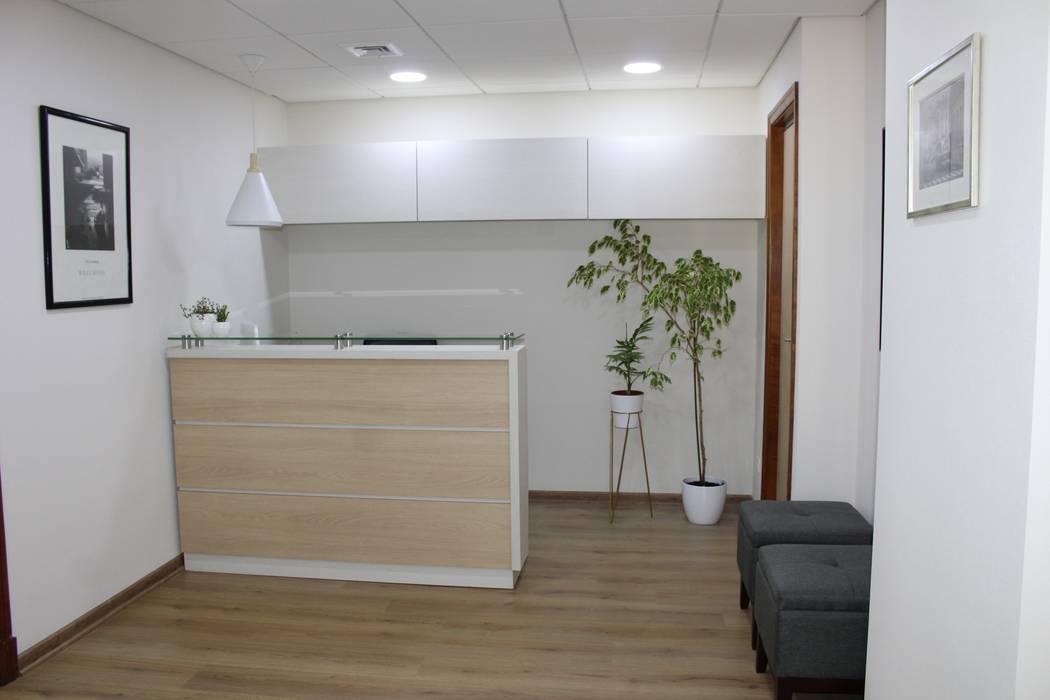 DESPUES RECEPCION: Clínicas / Consultorios Médicos de estilo  por R-Innovare / Diseño de interiores y Arquitectura / Santiago y Viña del mar