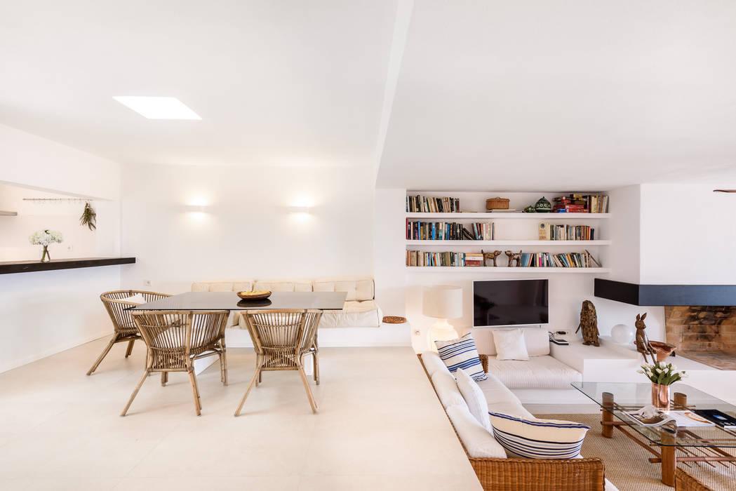 Proyecto de diseño, obra e interiorismo de una casa de verano en frente del mar Comedores de estilo mediterráneo de Estatiba construcción, decoración y reformas en Ibiza y Valencia Mediterráneo