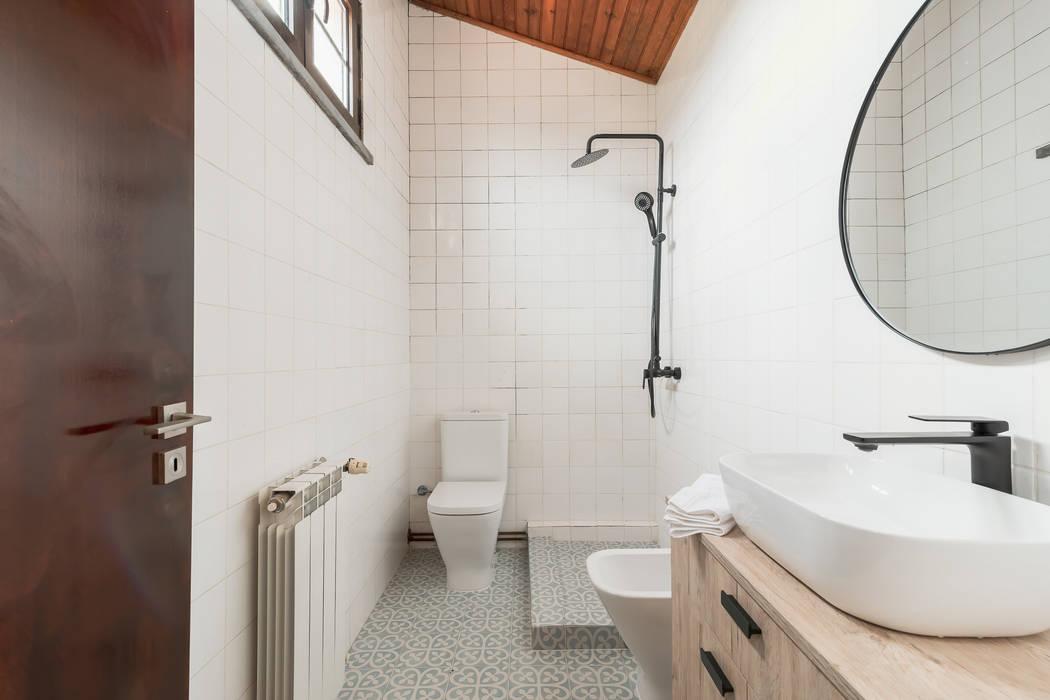 Casa de banho reabilitada com aproveitamento de azulejos : Casas de banho  por Rima Design,Rústico