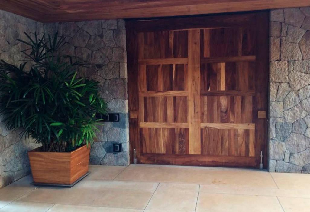 Casa Valle de Bravo : Puertas principales de estilo  por Spazio Interior ,