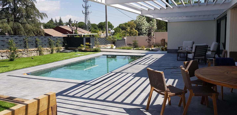 Jardín posterior con piscina y porche de MODULAR HOME Moderno Hormigón