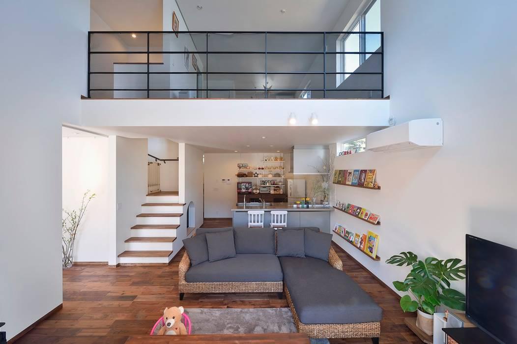 桜の似合う家: 空間工房株式会社が手掛けたリビングです。,