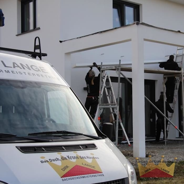 Bau einer Terrassenüberdachung in Bruchmühlen Moderner Balkon, Veranda & Terrasse von Dachdeckermeisterbetrieb Dirk Lange | Büro Herford Modern