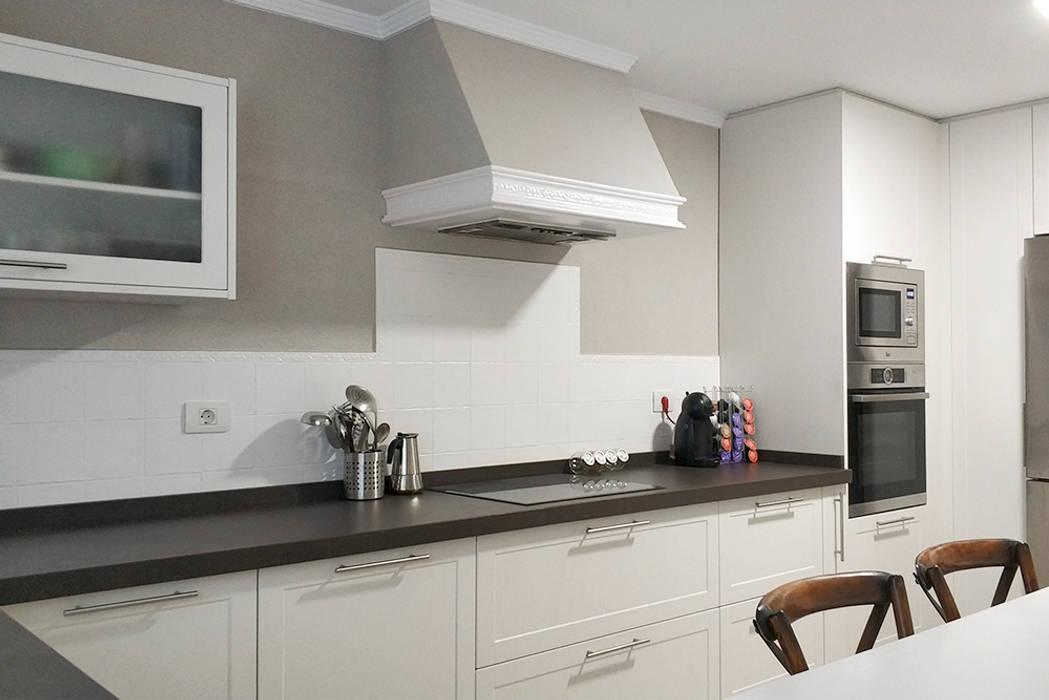 Reforma de cocina y baño: Cocinas pequeñas de estilo  de UVE laboratorio de diseño