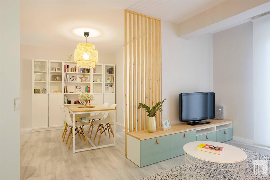 Vivienda VyA Salones de estilo escandinavo de UVE laboratorio de diseño Escandinavo