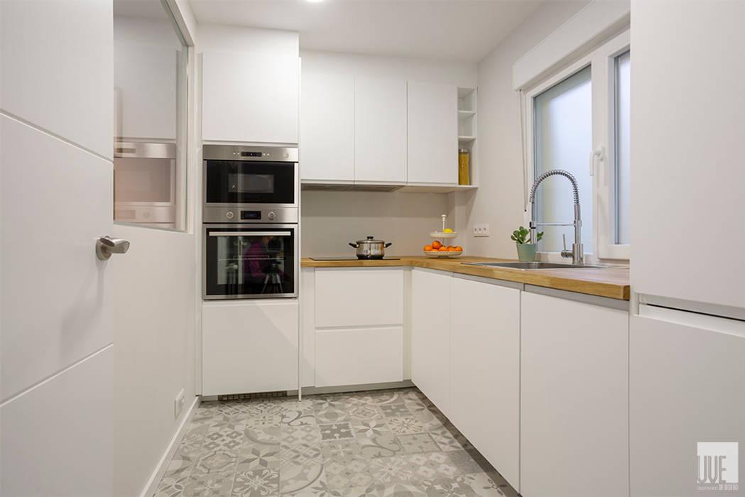 Vivienda VyA: Cocinas pequeñas de estilo  de UVE laboratorio de diseño,