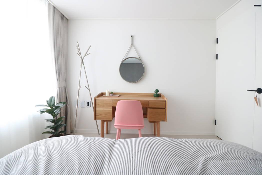 침실인테리어: 스튜디오쏭 (STUDIO SSONG)의  침실