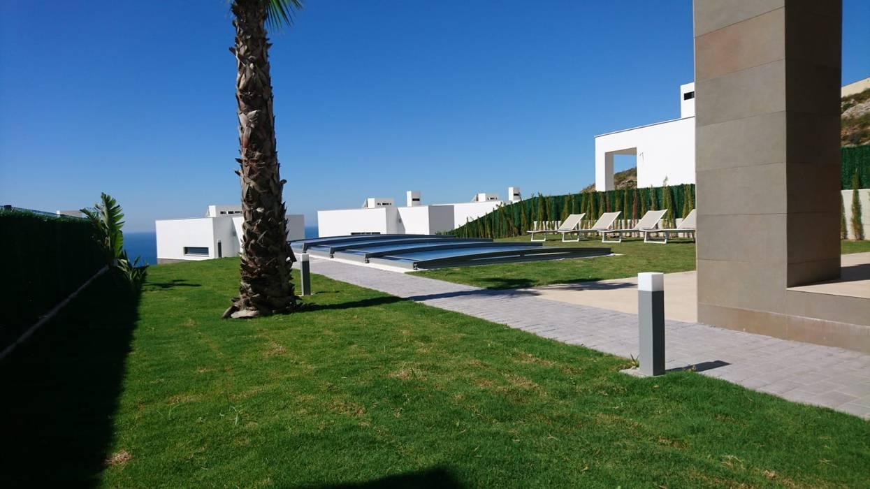 Una cubierta de piscina telescópica: Piscinas de jardín de estilo  de AZENCO, Moderno