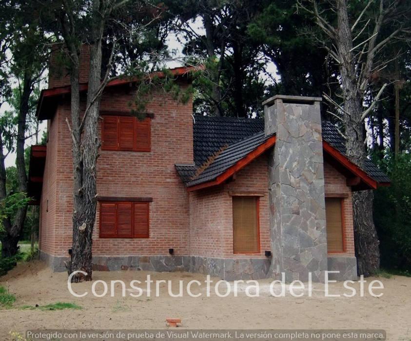 Single family home by Constructora del Este, Rustic Bricks