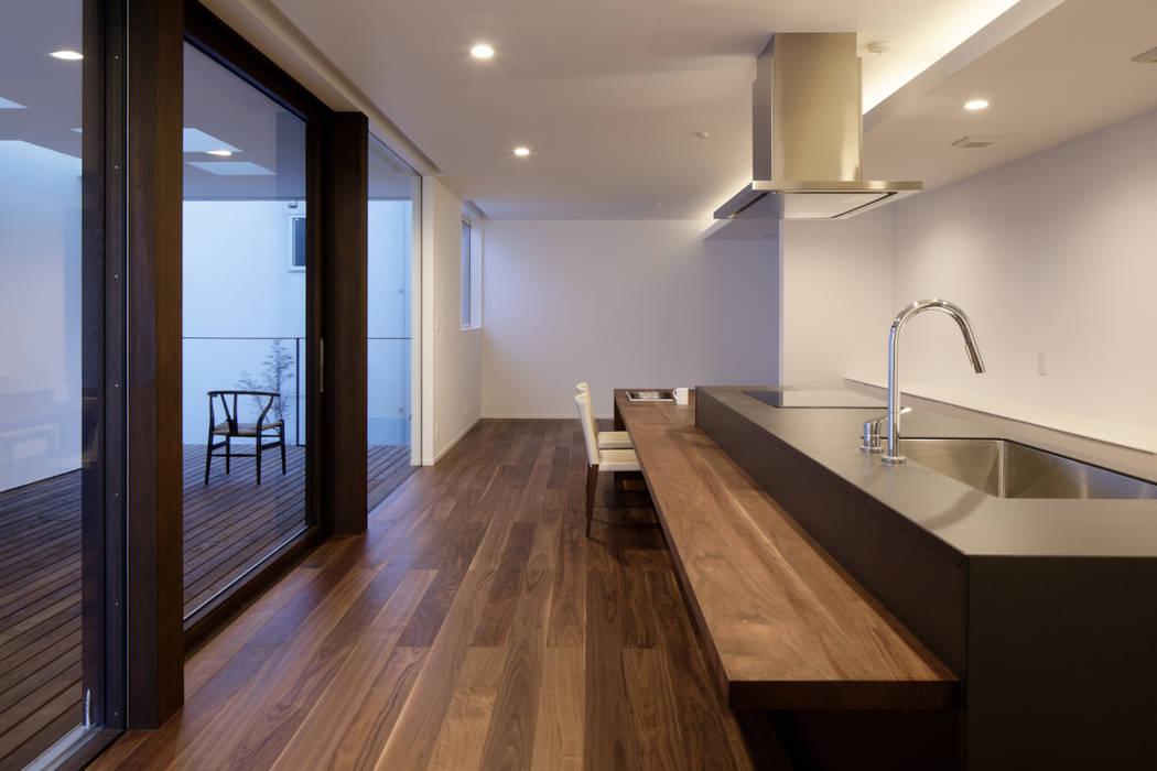 ダイニングキッチン夕景 モダンな キッチン の atelier137 ARCHITECTURAL DESIGN OFFICE モダン 無垢材 多色