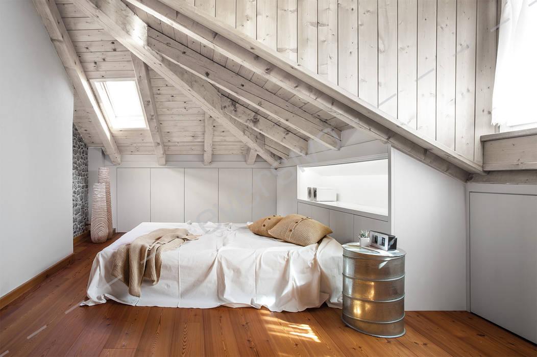 Camera sottotetto con armadio su misura: camera da letto in ...