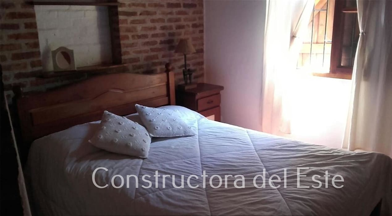 Dormitorio 1 Dormitorios rústicos de Constructora del Este Rústico Ladrillos