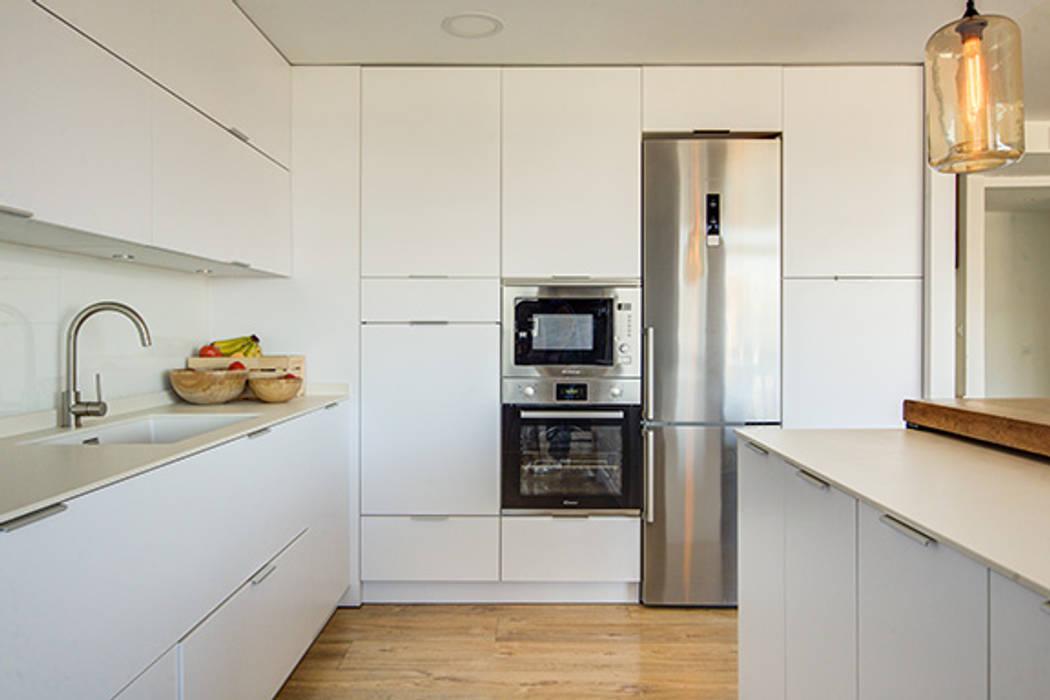 Built-in kitchens by Decorando tu espacio - interiorismo y reforma integral en Madrid., Modern