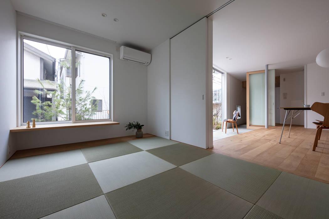 Salas de entretenimiento de estilo moderno de hm+architects 一級建築士事務所 Moderno