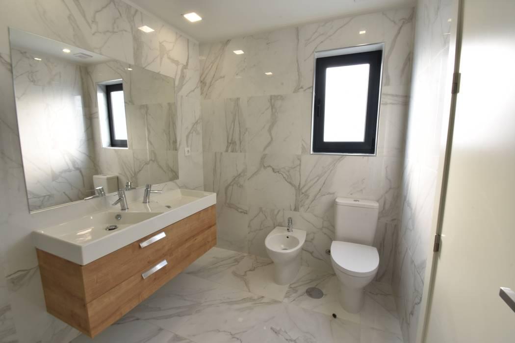 Lote 23: Casas de banho  por Construções e Imobiliária Navio, Lda,Moderno