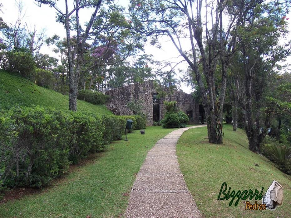 Calçada em pedra. por Bizzarri Pedras Tropical