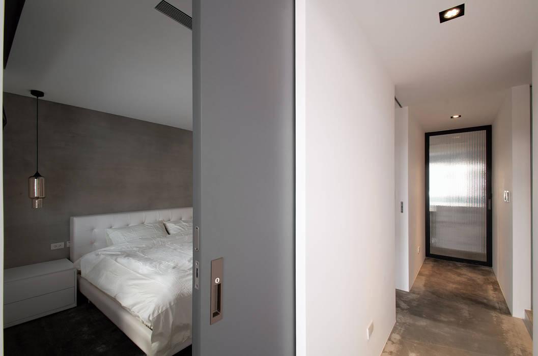 industrial style corridor, hallway & stairs. by 邑舍室內裝修設計工程有限公司 Industrial
