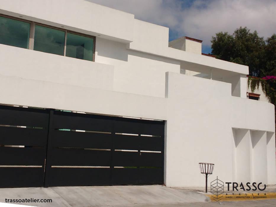 FACHADA: Casas unifamiliares de estilo  por TRASSO ATELIER, Moderno