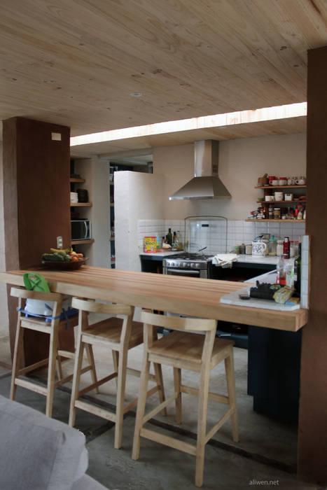 CASA MALLARAUCO - diseño y construcción - Mallarauco / Melipilla / Santiago: Muebles de cocinas de estilo  por ALIWEN arquitectura & construcción sustentable - Santiago, Moderno