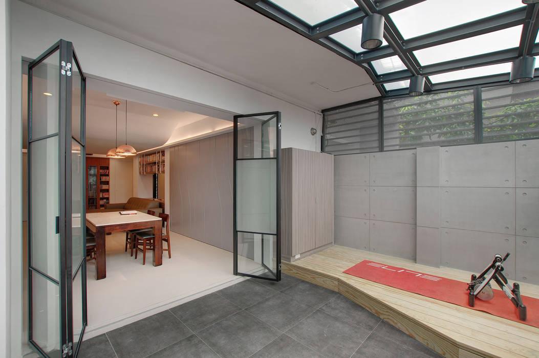 Garajes de estilo escandinavo de 邑舍室內裝修設計工程有限公司 Escandinavo
