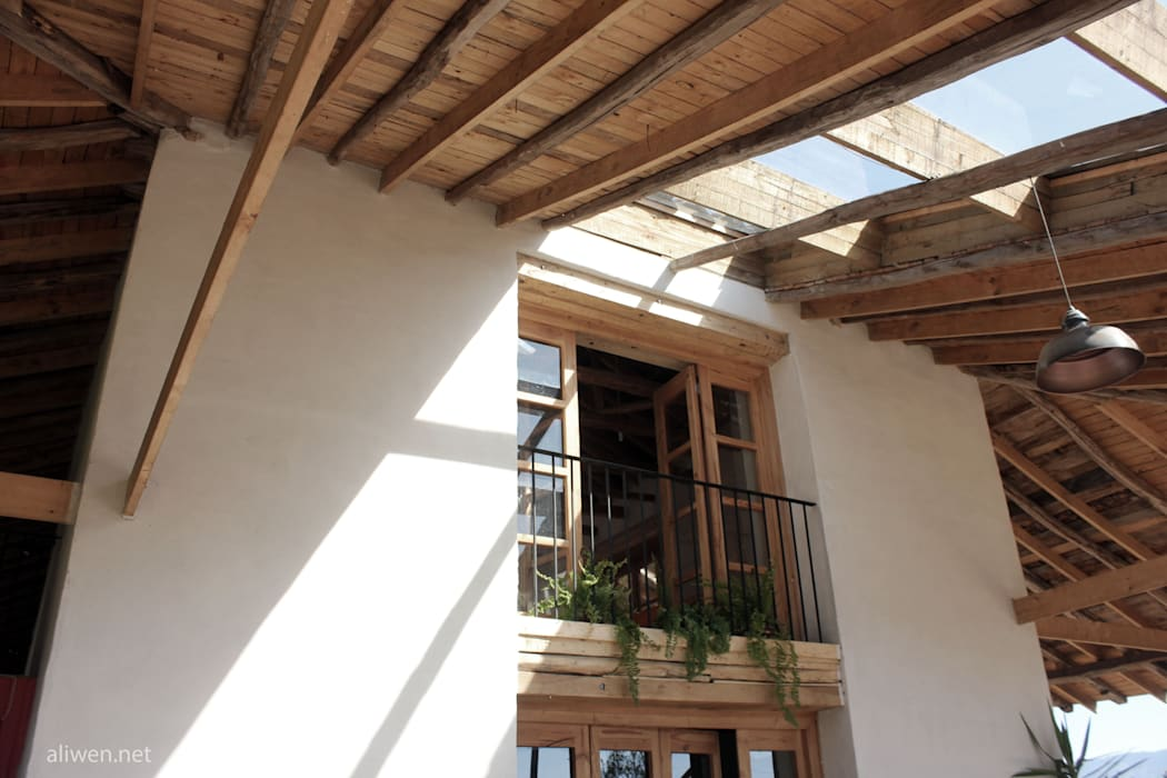 Janelas e portas coloniais por ALIWEN arquitectura & construcción sustentable - Santiago Colonial