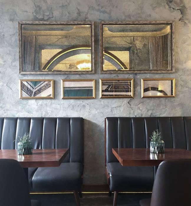 牆面上的照片裝飾都用金屬框來呈現 by On Designlab.ltd Colonial