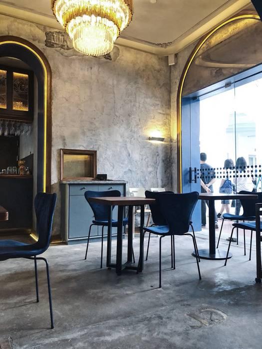 玻璃門讓人一眼望入也增添餐廳內的明亮度 by On Designlab.ltd Colonial