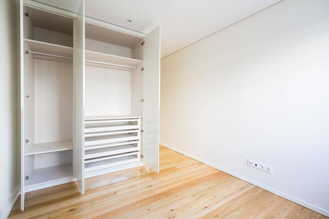 Quarto | Roupeiro - T3 em Leça da Palmeira - SHI Studio Interior Design por ShiStudio Interior Design Moderno