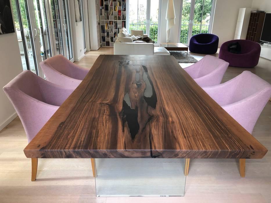 Esstisch in Nussbaum aus einer Stammbohle mit Glaswange:  Esszimmer von Bernhard Preis - Interior Design aus der Region Tegernsee