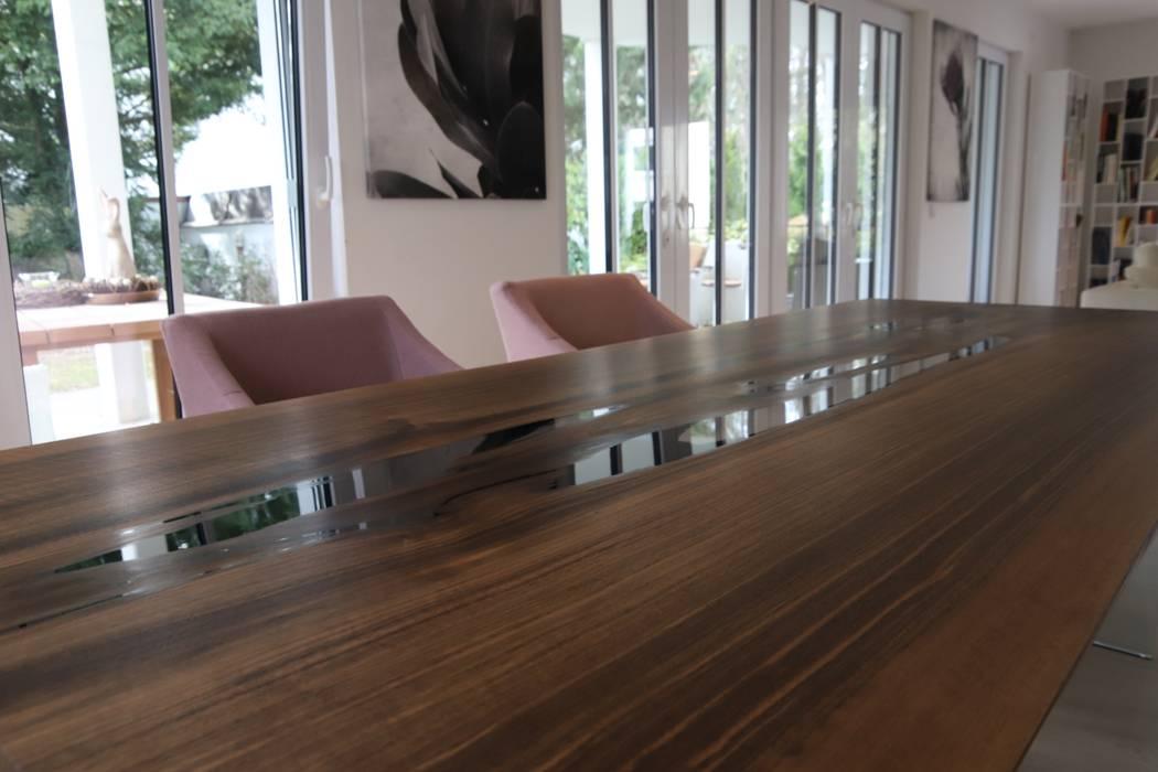 Esstisch in Nussbaum aus einer Stammbohle:  Esszimmer von Bernhard Preis - Interior Design aus der Region Tegernsee