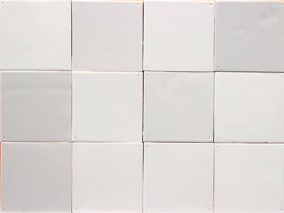Fayencen in 14 Weißtönen von Fliesenmanufaktur Van Hees:  Badezimmer von OXIT GmbH - Innenarchitekten in Stuttgart