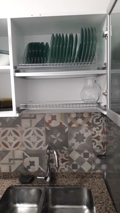Cocina - Cambio de azulejos y alacena para platos: Cocinas de estilo  por A3 arquitectas - Salta