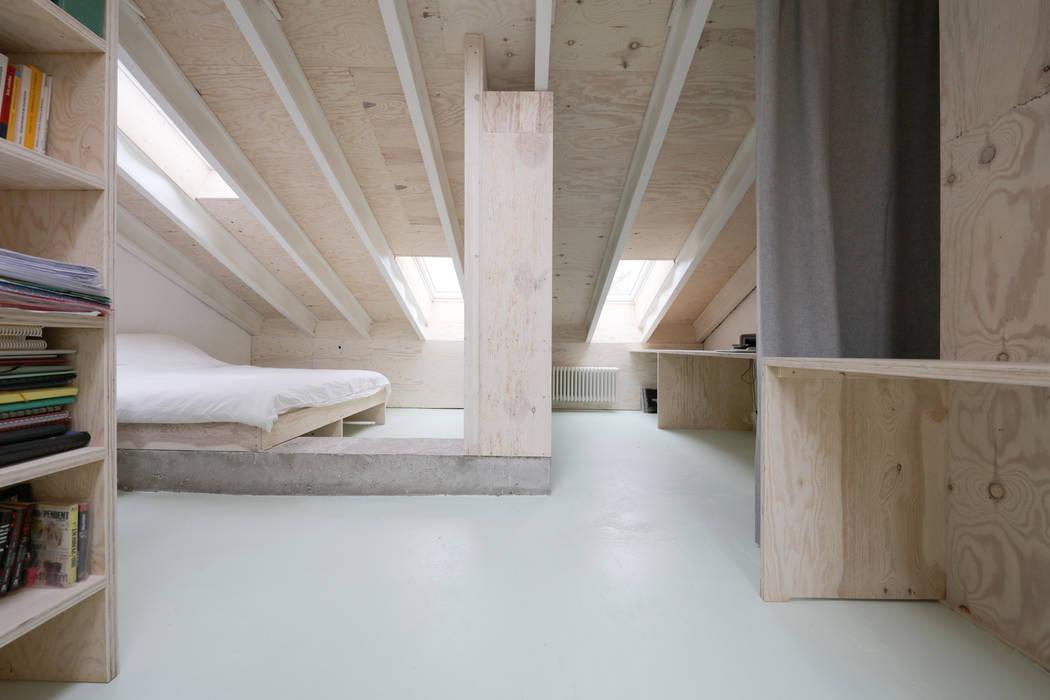 Techos a dos aguas de estilo  por AMUNT Architekten in Stuttgart und Aachen, Moderno