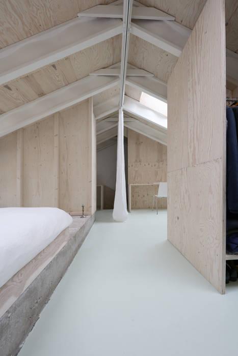 Ein Vorhang trennt und verbindet die Funktionsbereiche nach Bedarf:  Satteldach von AMUNT Architekten in Stuttgart und Aachen