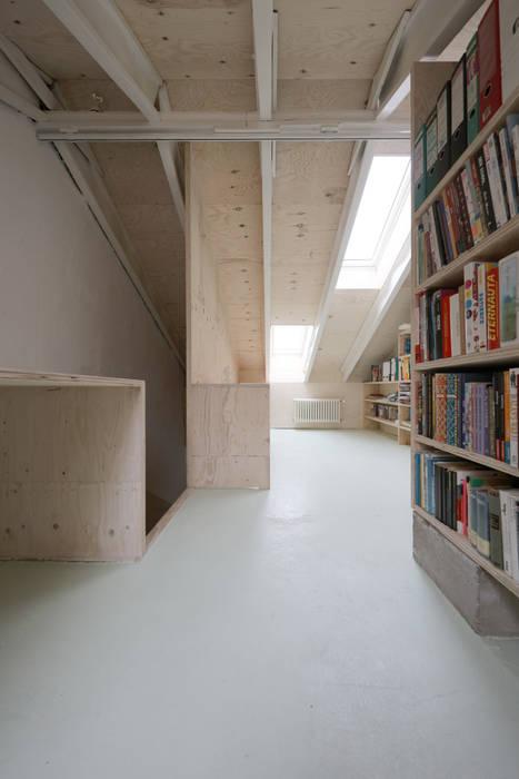 Neuer Deckendurchbruch mit Holztreppe in den Dachraum:  Satteldach von AMUNT Architekten in Stuttgart und Aachen
